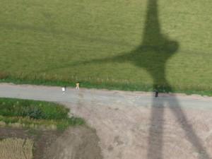 Im Schatten einer Windkraftanlage